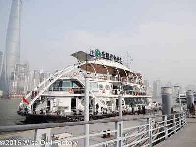 Ferry-across-the-Huangpu-River-in-Shanghai