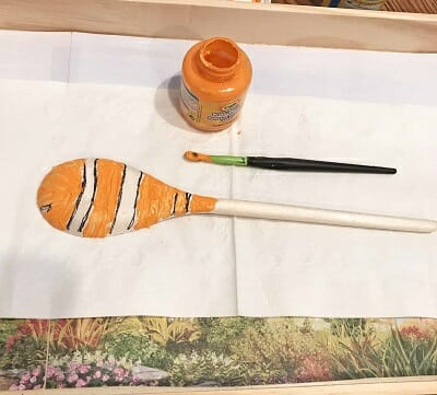 paint-wooden-spoon-puppets-for-ocean-theme-play-scene (8)